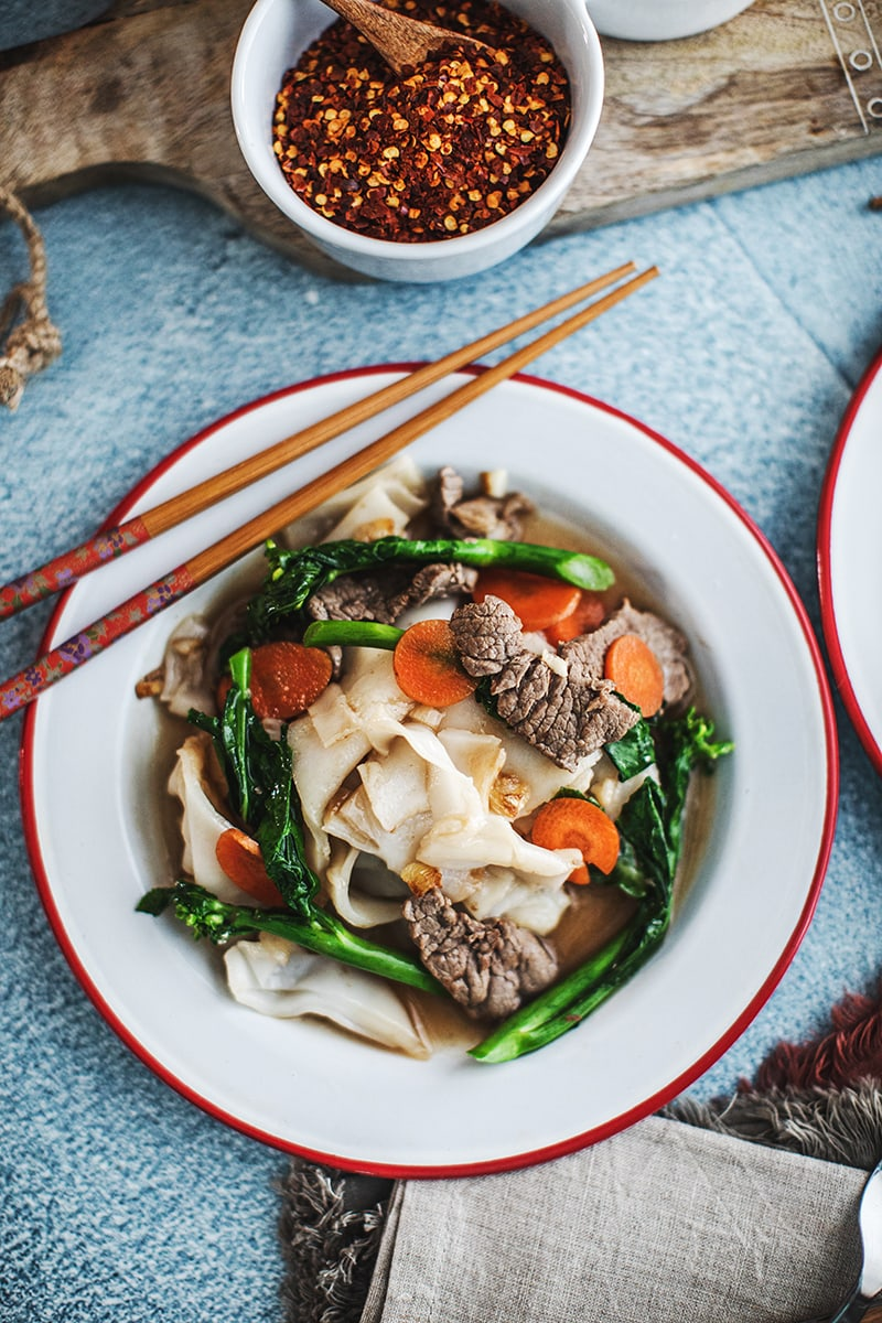 This easy Rad Na recipe, a Thai stir-fry recipe, is a delicious noodle dish that is ladled with tasty, thick, gravy-like broth. #thaistirfrywithgravy #noodleswithgravy #radnarecipe